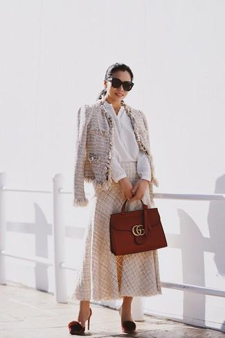Cómo combinar: chaqueta de tweed en beige, blusa de botones blanca, falda midi en beige, zapatos de tacón de cuero burdeos