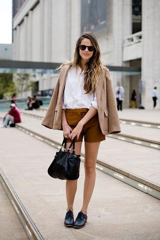 Cómo combinar: chaqueta de tweed marrón claro, blusa de botones blanca, pantalones cortos en tabaco, zapatos derby de cuero negros