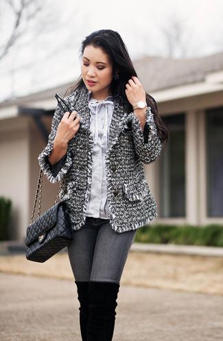 Cómo combinar: chaqueta de tweed gris, blusa de botones celeste, vaqueros pitillo grises, botas sobre la rodilla de ante negras
