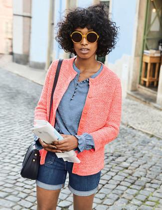 Cómo combinar: chaqueta de tweed roja, blusa de manga larga celeste, pantalones cortos vaqueros azul marino, bolso bandolera de cuero negro
