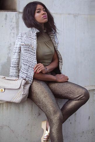 La versatilidad de una chaqueta de tweed gris y unos leggings dorados los hace prendas en las que vale la pena invertir. ¿Por qué no añadir sandalias planas de cuero doradas de Clergerie a la combinación para dar una sensación más relajada?