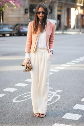Cómo combinar: chaqueta de tweed rosada, camisa de vestir de seda blanca, pantalones anchos en beige, sandalias de tacón de cuero negras