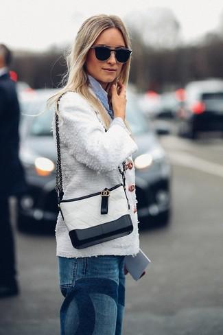 Cómo combinar: chaqueta de tweed blanca, camisa de vestir de rayas verticales celeste, vaqueros boyfriend azules, bolso bandolera de cuero en blanco y negro