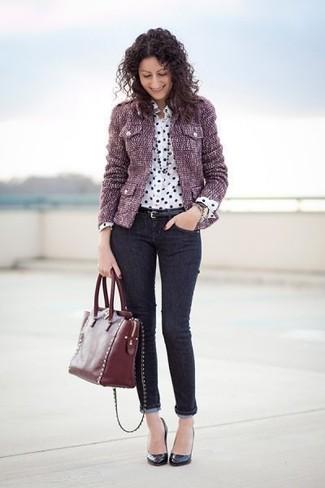Cómo combinar: chaqueta de tweed morado, camisa de vestir de seda a lunares en blanco y negro, vaqueros pitillo negros, zapatos de tacón de cuero negros