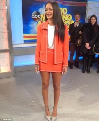 Cómo combinar unos zapatos de tacón de cuero grises: Opta por una chaqueta de tweed naranja y una minifalda de tweed naranja para una vestimenta cómoda que queda muy bien junta. Zapatos de tacón de cuero grises son una opción inmejorable para completar este atuendo.
