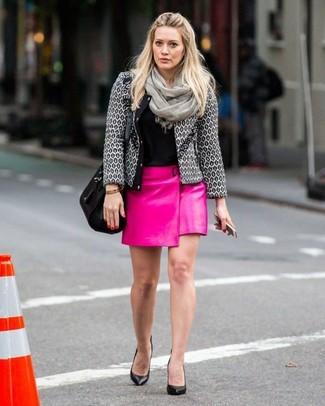 Cómo combinar: chaqueta de tweed gris, camiseta con cuello circular negra, minifalda de cuero rosa, zapatos de tacón de cuero negros