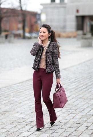 Cómo combinar: chaqueta de tweed morado oscuro, camiseta con cuello circular marrón claro, pantalón de campana burdeos, zapatos de tacón de ante negros