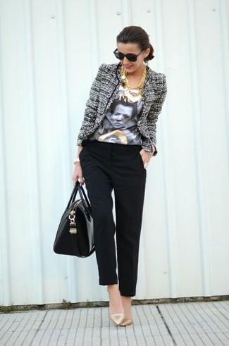 Cómo combinar: chaqueta de tweed gris, camiseta con cuello circular estampada en blanco y negro, pantalón de pinzas negro, zapatos de tacón de cuero dorados