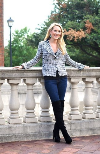 Cómo combinar: chaqueta de tweed en blanco y azul marino, camiseta con cuello circular negra, vaqueros pitillo azul marino, botas sobre la rodilla de ante negras
