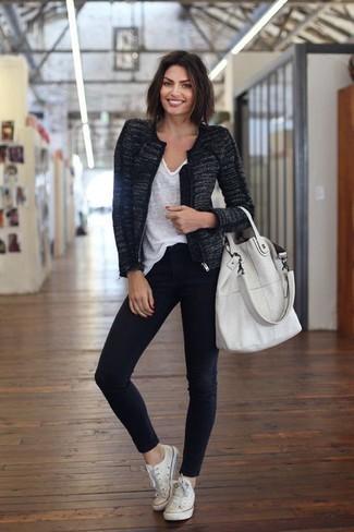 Cómo combinar: chaqueta de tweed negra, camiseta con cuello en v blanca, vaqueros pitillo negros, tenis de lona blancos