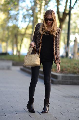 Cómo combinar: chaqueta de tweed marrón, camiseta de manga larga negra, vaqueros pitillo negros, botines de cuero en marrón oscuro