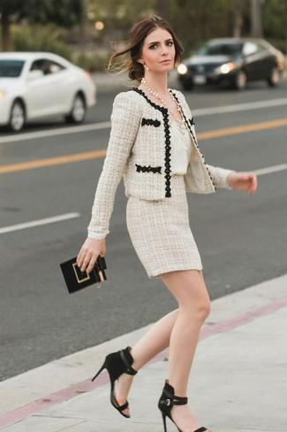 Cómo combinar: chaqueta de tweed en beige, camiseta sin manga de seda blanca, minifalda de tweed en beige, sandalias de tacón de ante negras
