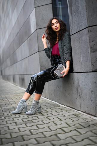 Cómo combinar: chaqueta de tweed en gris oscuro, camiseta sin manga de gasa burdeos, pantalón de pinzas de cuero negro, botines de elástico grises