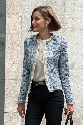Cómo combinar: chaqueta de tweed celeste, blusa sin mangas de seda blanca, pantalones pitillo negros