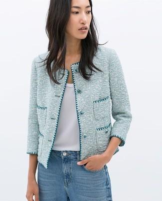 Cómo combinar: chaqueta de tweed celeste, blusa sin mangas de seda blanca, vaqueros azules