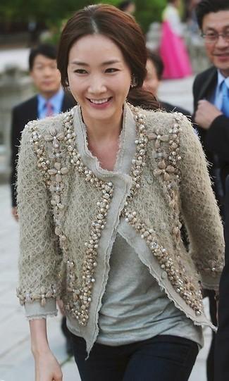 Cómo combinar: chaqueta de tweed con adornos en beige, camiseta con cuello circular gris, vaqueros pitillo negros