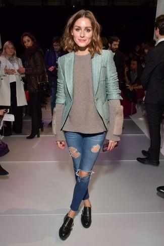 Cómo combinar: chaqueta de tweed en verde menta, jersey con cuello circular gris, vaqueros pitillo desgastados azules, zapatos con doble hebilla de cuero negros