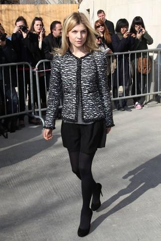 Cómo combinar: chaqueta de tweed en negro y blanco, jersey con cuello circular gris, falda skater negra, zapatos de tacón de ante negros