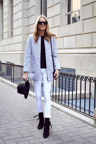 Cómo combinar: chaqueta de tweed gris, jersey con cuello circular negro, vaqueros pitillo blancos, botines de ante negros