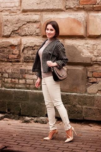 Cómo combinar: chaqueta de tweed de pata de gallo en gris oscuro, jersey de cuello alto en beige, pantalones pitillo de cuero blancos, zapatos de tacón de cuero en beige