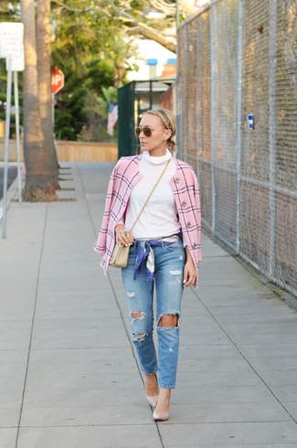Cómo combinar: chaqueta de tweed rosada, jersey de cuello alto blanco, vaqueros desgastados azules, zapatos de tacón de cuero en beige