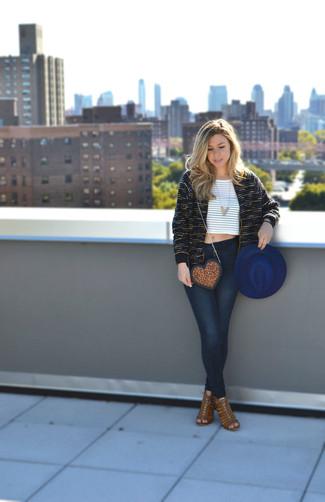 Cómo combinar: chaqueta de tweed negra, top corto de rayas horizontales en blanco y marrón, vaqueros pitillo azul marino, sandalias de tacón de ante marrónes