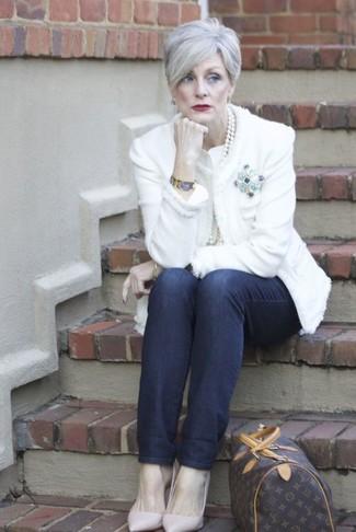 Cómo combinar: chaqueta de tweed blanca, vaqueros azul marino, zapatos de tacón de cuero rosados, bolso deportivo de cuero estampado en marrón oscuro