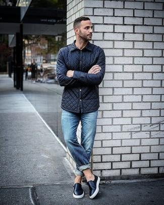 Outfits hombres estilo casuale: Empareja una chaqueta estilo camisa acolchada azul marino junto a unos vaqueros azules para lidiar sin esfuerzo con lo que sea que te traiga el día. Zapatillas slip-on de cuero negras son una opción práctica para complementar tu atuendo.