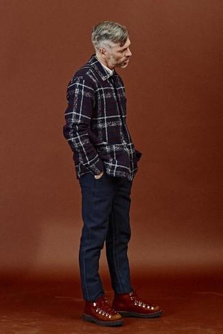 Cómo combinar: chaqueta estilo camisa de tartán azul marino, camisa de manga larga blanca, vaqueros azul marino, botas de trabajo de cuero en tabaco