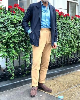 Cómo combinar unas botas safari de ante en marrón oscuro: Utiliza una chaqueta estilo camisa azul marino y un pantalón chino marrón claro para lograr un estilo informal elegante. Botas safari de ante en marrón oscuro son una opción buena para complementar tu atuendo.