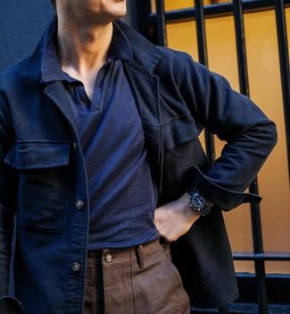 Cómo combinar un pantalón chino marrón en otoño 2020: Si buscas un estilo adecuado y a la moda, empareja una chaqueta estilo camisa de lana azul marino con un pantalón chino marrón. Es una idea ideal si tu buscas un look idóneo para los días de otoño.