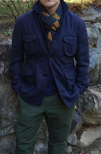 Para un atuendo que esté lleno de caracter y personalidad equípate un jersey con cuello circular azul marino con un pantalón chino verde oscuro.