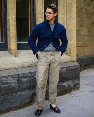 Cómo combinar: chaqueta estilo camisa de lana azul marino, jersey con cuello circular celeste, pantalón chino gris, mocasín de cuero burdeos