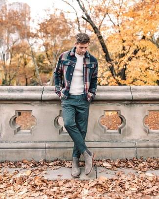 Cómo combinar: chaqueta estilo camisa de franela de tartán azul marino, jersey con cuello circular en beige, pantalón de vestir a cuadros azul marino, botines chelsea de ante grises
