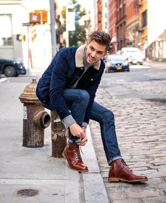 Cómo combinar: chaqueta estilo camisa de pana azul marino, jersey de cuello alto gris, vaqueros azul marino, botas casual de cuero marrónes