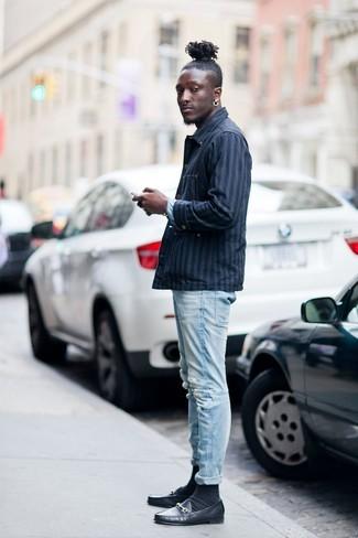 Cómo combinar: chaqueta estilo camisa de rayas verticales azul marino, vaqueros pitillo desgastados celestes, mocasín de cuero negro, calcetines negros