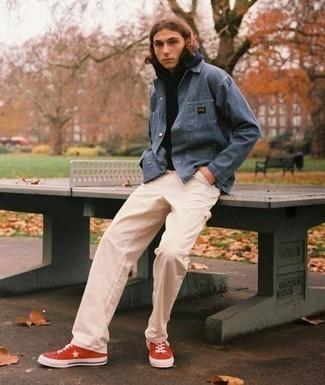 Cómo combinar un pantalón chino en beige para hombres adolescentes: Utiliza una chaqueta estilo camisa azul y un pantalón chino en beige para el after office. ¿Quieres elegir un zapato informal? Complementa tu atuendo con zapatillas altas de lona rojas para el día.