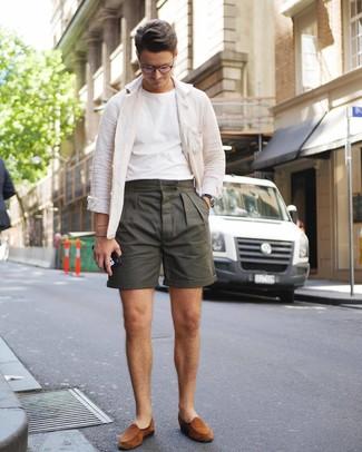 Cómo combinar: chaqueta estilo camisa de lino blanca, camiseta con cuello circular blanca, pantalones cortos verde oliva, mocasín de ante en tabaco