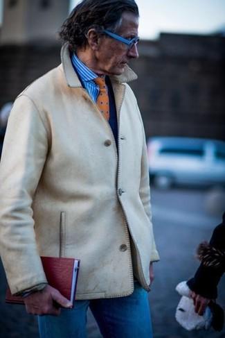 Cómo combinar: chaqueta estilo camisa en beige, blazer azul marino, camisa de vestir de rayas verticales en blanco y azul, vaqueros azules