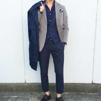 Cómo combinar: chaqueta estilo camisa vaquera azul marino, blazer de rayas verticales en blanco y azul marino, chaleco de vestir azul marino, camisa de manga larga azul marino