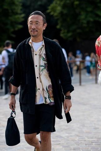 Cómo combinar una chaqueta estilo camisa negra: Usa una chaqueta estilo camisa negra y unos pantalones cortos negros para conseguir una apariencia relajada pero elegante. Este atuendo se complementa perfectamente con alpargatas de lona negras.