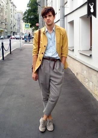 Cómo combinar un bolso mensajero de cuero marrón: Usa una chaqueta estilo camisa mostaza y un bolso mensajero de cuero marrón transmitirán una vibra libre y relajada. Con el calzado, sé más clásico y complementa tu atuendo con botas safari de ante grises.