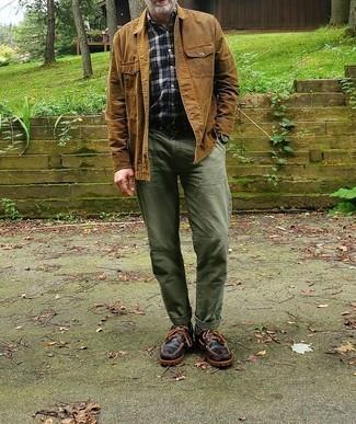 Cómo combinar unos náuticos: Considera emparejar una chaqueta estilo camisa marrón claro junto a un pantalón chino verde oliva para lograr un look de vestir pero no muy formal. Si no quieres vestir totalmente formal, opta por un par de náuticos.