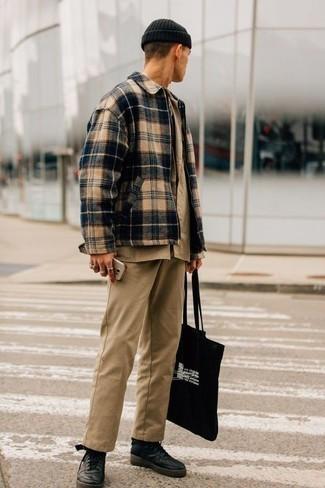 Cómo combinar una camisa de manga corta marrón claro: Opta por una camisa de manga corta marrón claro y un pantalón chino marrón claro para un look diario sin parecer demasiado arreglada. Si no quieres vestir totalmente formal, usa un par de zapatillas altas de cuero negras.