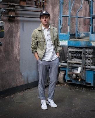 Cómo combinar un pantalón chino gris: Empareja una chaqueta estilo camisa verde oliva junto a un pantalón chino gris para las 8 horas. Zapatillas altas de cuero en blanco y negro añaden un toque de personalidad al look.