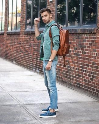 Cómo combinar: chaqueta estilo camisa en verde menta, camisa de manga corta de rayas verticales celeste, vaqueros celestes, zapatos con doble hebilla de cuero azules
