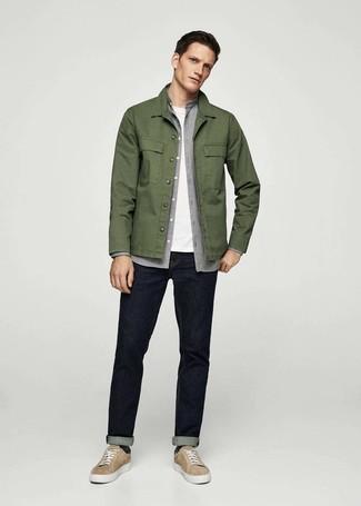 Cómo combinar: chaqueta estilo camisa verde oliva, camisa de manga larga de franela gris, camiseta con cuello circular blanca, vaqueros azul marino