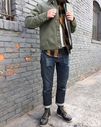 Cómo combinar: chaqueta estilo camisa verde oliva, camisa de manga larga de franela a cuadros marrón claro, camiseta con cuello circular blanca, vaqueros azul marino