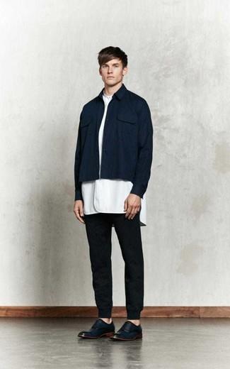 Cómo combinar un pantalón de chándal negro: Equípate una chaqueta estilo camisa azul marino con un pantalón de chándal negro para un almuerzo en domingo con amigos. Con el calzado, sé más clásico y elige un par de zapatos oxford de cuero azul marino.