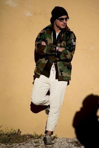 Cómo combinar un pantalón chino de pana blanco: Usa una chaqueta estilo camisa de camuflaje verde oliva y un pantalón chino de pana blanco para cualquier sorpresa que haya en el día. Tenis de lona verde oscuro contrastarán muy bien con el resto del conjunto.